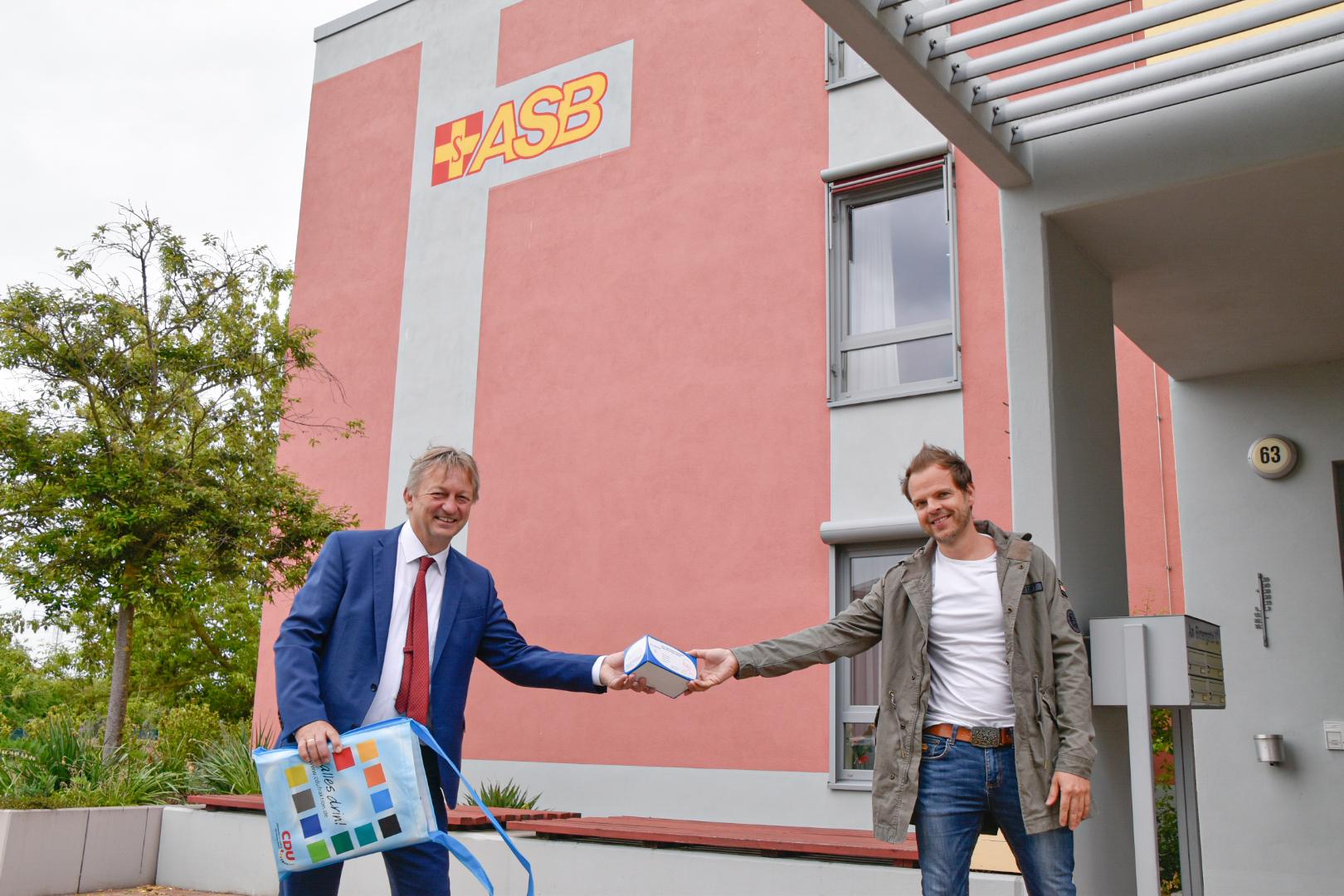 """Spendenübergabe: 300 Schutzmasken für das ASB Altenpflegeheim """"Am Birnengarten"""""""